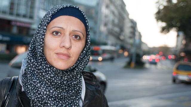 Porträt von Nuran Serifi. Muslimin mit Kopftuch.