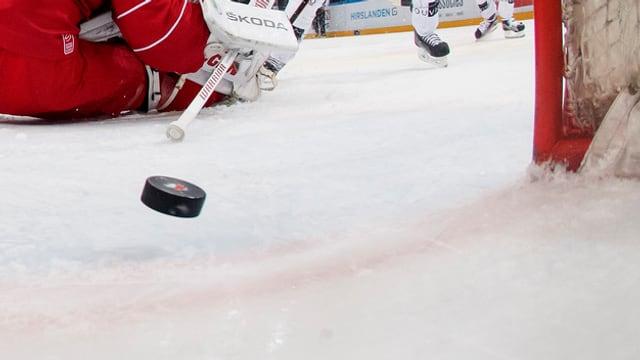 In puck da hockey che sgola en il gol.