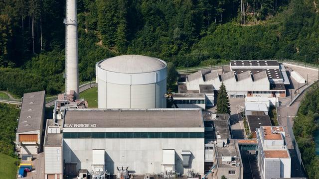 Luftaufnahme vom AKW Mühleberg, mit Kühlturm und Fabrikhallen.