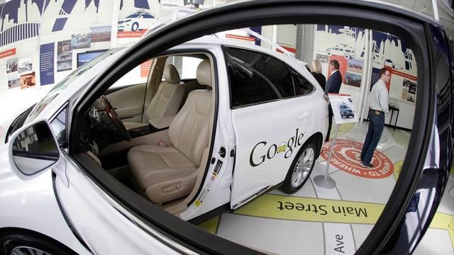 Ein selbsfahrendes Auto von Google an einer Ausstellung.