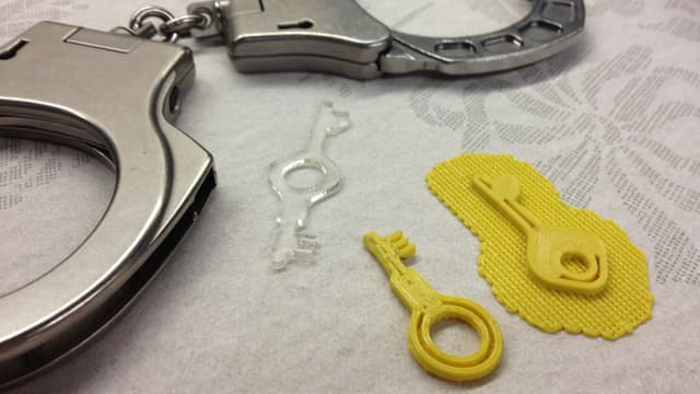 Schlüssel für Handschellen der Polizei aus einem 3-D-Drucker.