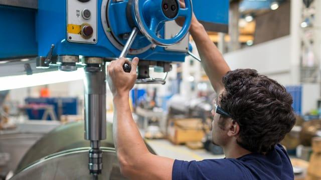 Ein Mitarbeiter von MAN Energy Solutions, Schweiz, Hersteller von Grossdieselmotoren und Turbinen, bei der Endmontage eines Rotors eines Turbokompressors