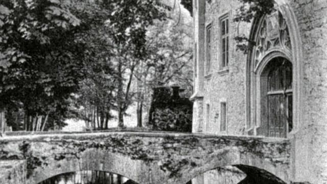 Eingang des Schloss Hallwyl. Brücke über Wasser mit schönem Eingang. Hans von Hallwyl hat sich beim Umbau übernommen.