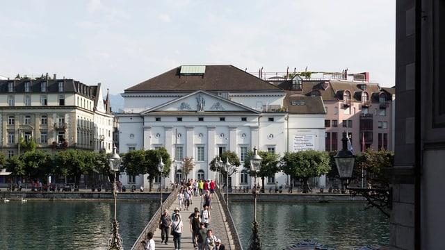 Luzerner Theater mit Rathausbrücke.