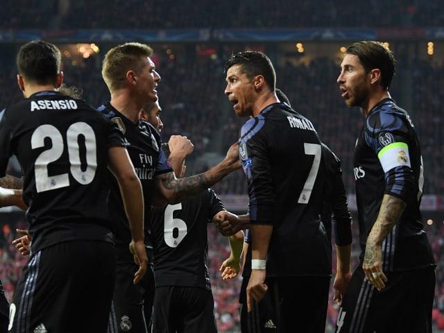 Spieler von Real Madrid bejubeln ein Tor gegen Bayern München.