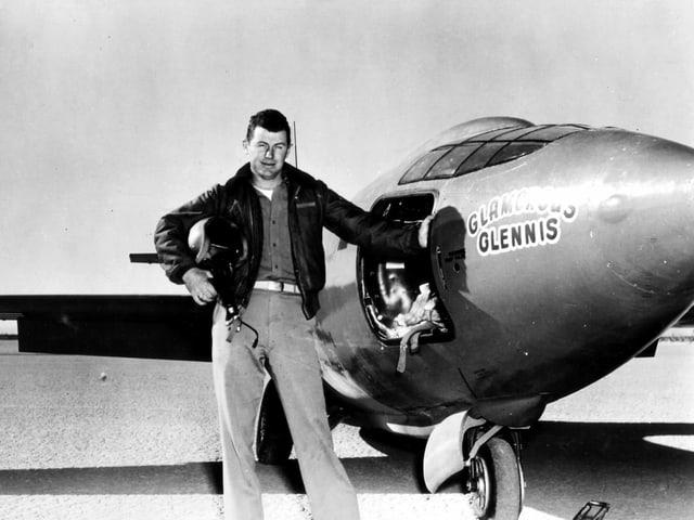 Chuck Yeager vor einem Flieger 1943