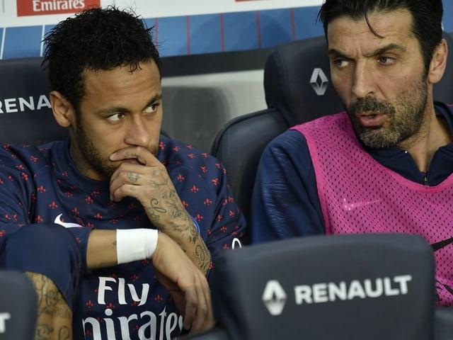 Neymar und Oldie Gianluigi Buffon mit finsterer Miene auf der Ersatzbank