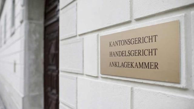 Die Schilder an der Mauer des Kantonsgerichts