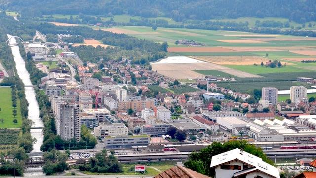 Luftaufnahme von Landquart, im Vordergrund der Rhein.