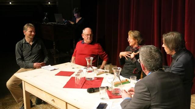 Die Gesprächsteilnehmer sitzen um einen Küchentisch auf der Bühne des Hotels National.