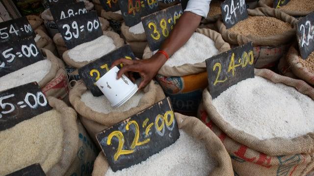 Reissäcke auf einem Markt in Mumbai.