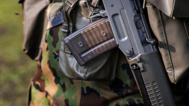Ein Schweizer Rekrut mit Sturmgewehr, aufgenommen bei der Kaserne Stans.
