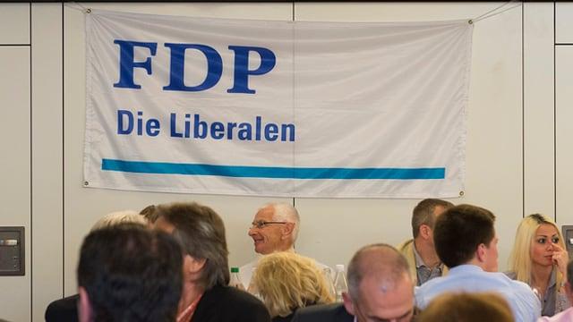 Leute sitzen an einer Delegiertenversammlung der FDP