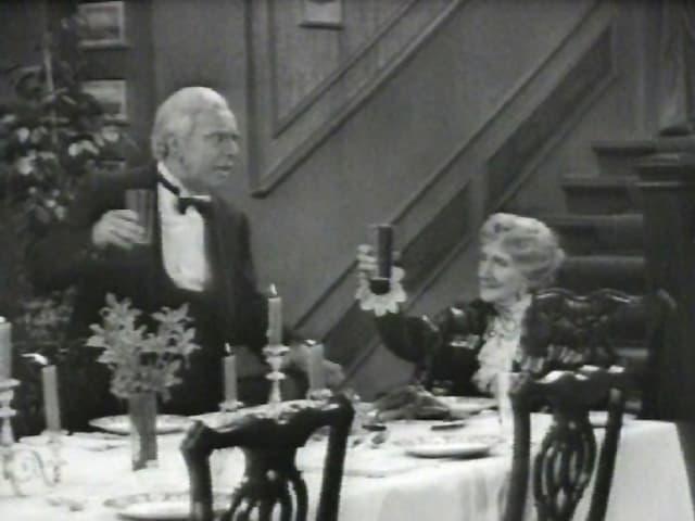 Butler und Miss Sophie prosten sich zu.