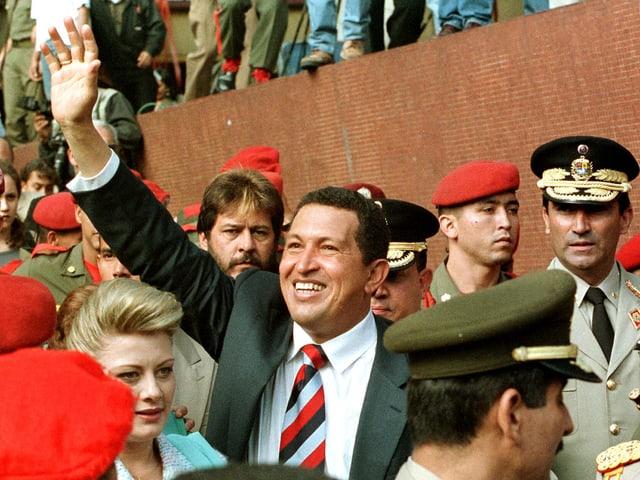 Hugo Chávez winkt