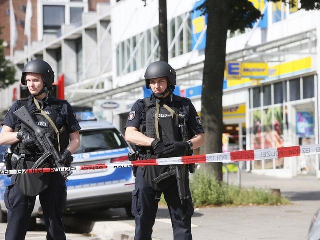 Schwerbewaffnete Polizisten