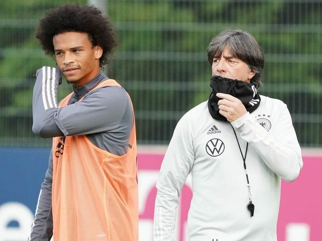Bundestrainer Joachim Löw (rechts) mit Bayerns Leroy Sane im Training
