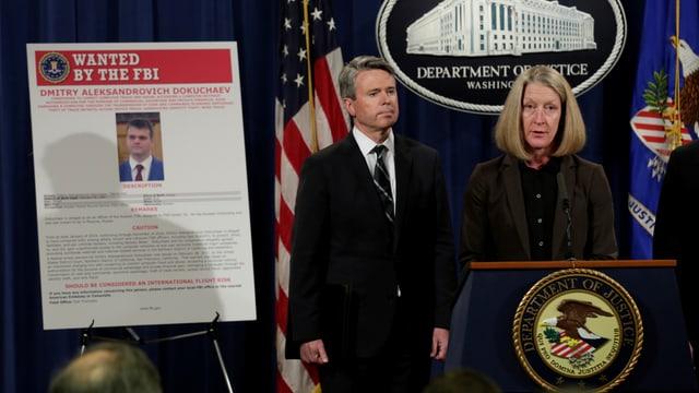 Vertreter des FBI halten eine Pressekonferenz ab.