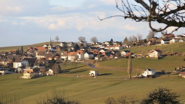 Kleines Dorf mit Kirche