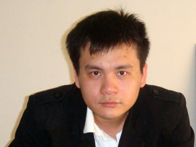 Porträt eines jungen Mannes in weissem Hemd und schwarzem Kittel.