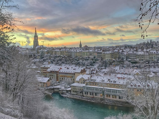 Blick über die Aare zur verschneiten Berner Altstadt