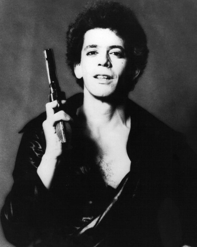 Lou Reed 1977 mit Ledermantel und Pistole