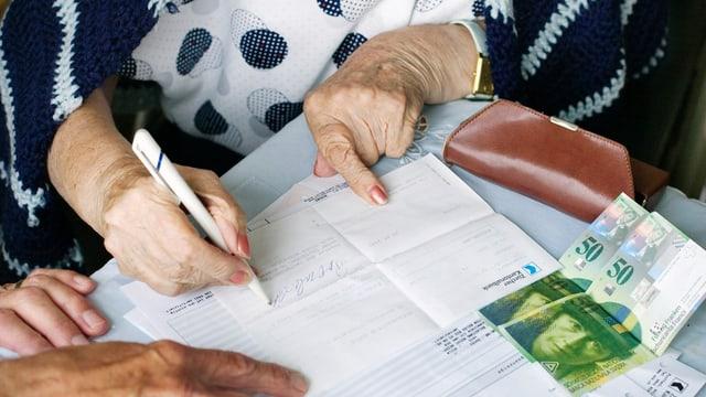 Maletg simbolic: Seniora che liquidescha fatschentas da banca cun agid.