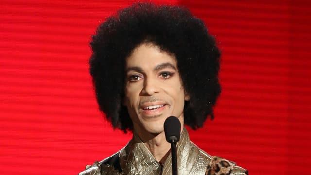 Prinz vor einer roten Leinwand.