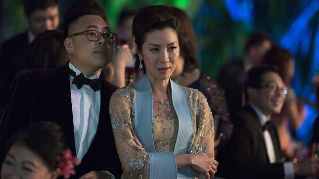 Michelle Yeoh blickt mürrisch in die Kamera.
