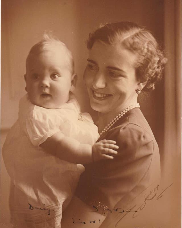 Eine alte Aufnahme von Margrethe als Baby mit ihrer Mutter. Das Mädchen ist in weiss gekleidet. Die Mutter trägt ein Kleid und eine Perlenkette.