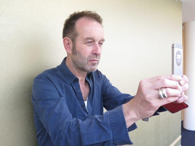 Kuno Lauener von Züri West macht ein Handyfoto.