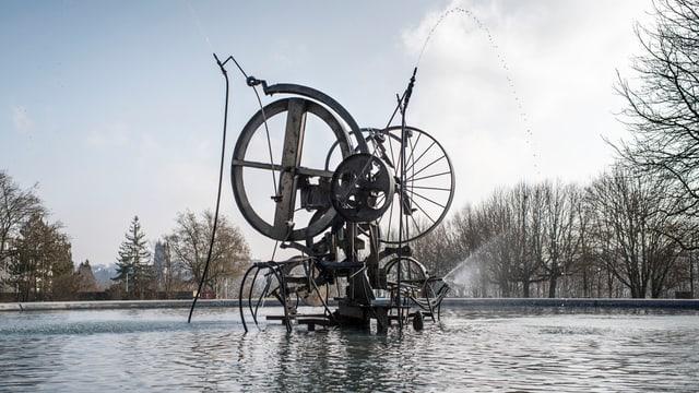 Rostiger Brunnen mit Wasserbecken.
