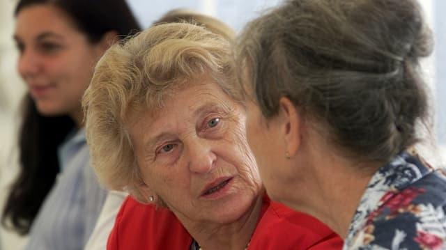 Alte und junge Frauen im Gespräch.
