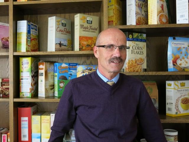 Toni Bichsel steht vor seiner Cornflakes-Sammlung