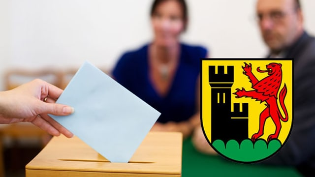 Zwei Menschen beobachten eine Stimmabgabe, davor das Wappen von Windisch.