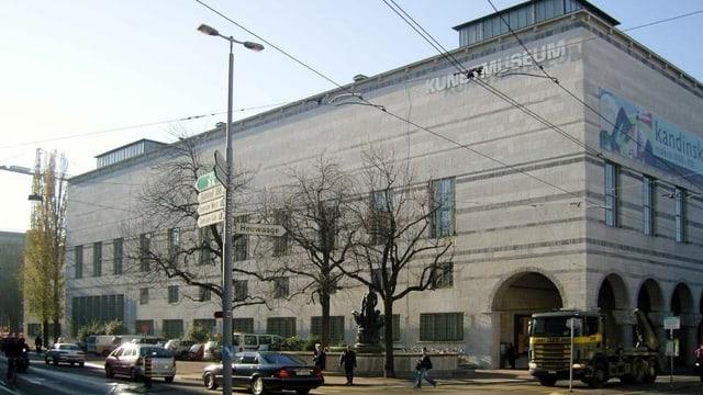 Hauptbau des Kunstmuseum Basel, die vordere Fassade, im Vordergrund Strasse mit Verkehr