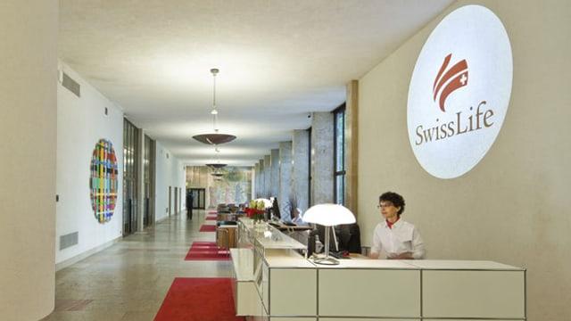 Empfangsdame in einer Filiale von Swiss Life