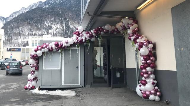 Ina ghirlanda da balluns decorescha l'entrada da la halla da la citad da Cuira.