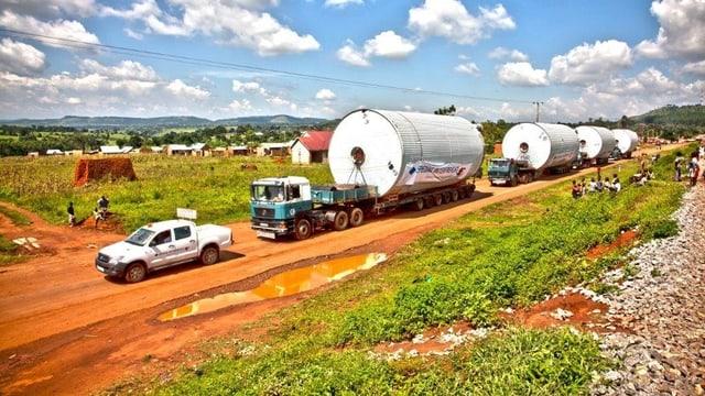 Transport auf einer afrikanischen Strasse