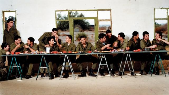 Soldaten beim Essen wie beim letzten Abendmahl