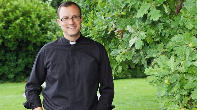 Pfarrer Andreas Rellstab in einem Garten.