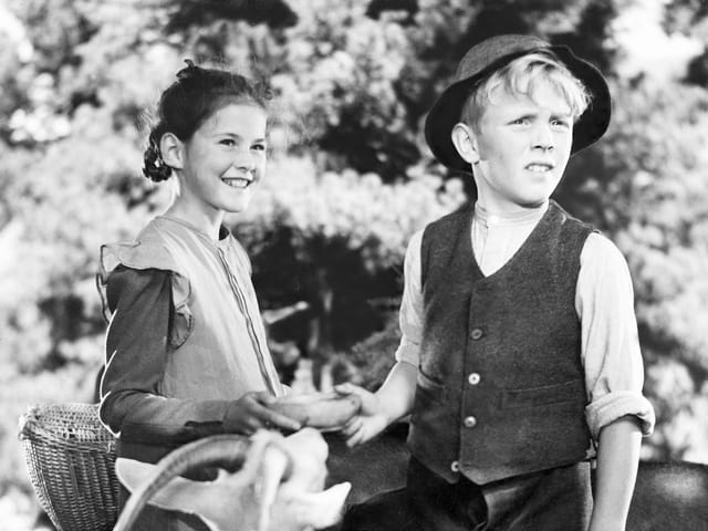 Schwarzweiss-Aufnahme von einem Mädchen und einem Jungen in der Natur.