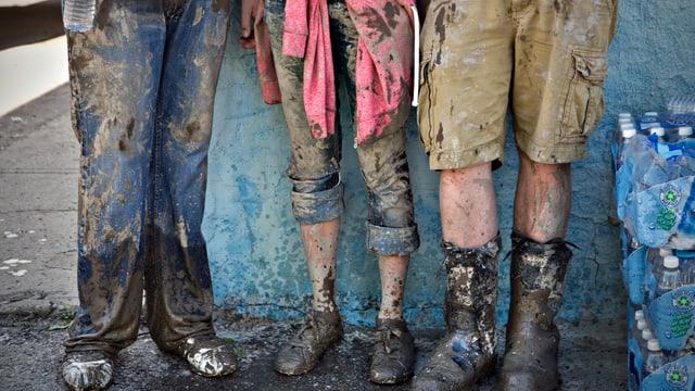 Bewohner mit verschmutzter Kleidung.