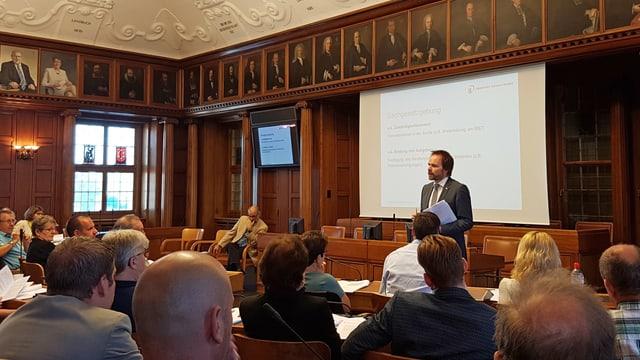 Die Ausserrhoder Kantonsräte sitzen im Kantonsratssaal.