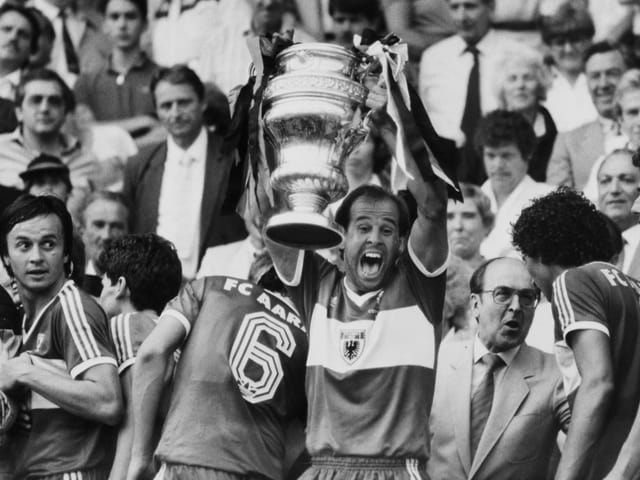 Walter Iselin mit Cup-Pokal.