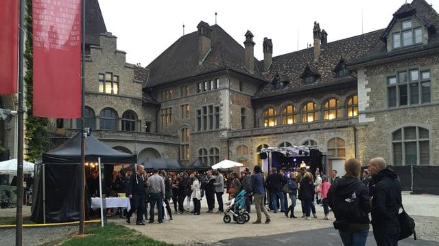 Sin la plazza avant il Museum naziunal svizzer datti musica e spezialitads rumantschas.