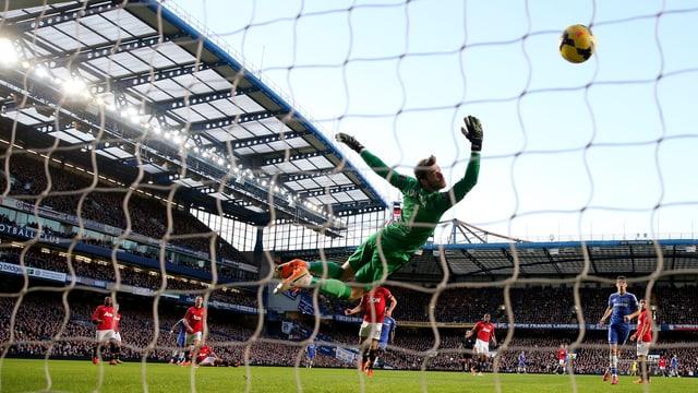 Der Goalie von Manchester United David de Gea versucht vergeblich einen Schuss von Chelsea's Samuel Eto'o zu halten.