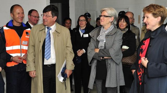Christoph Schwarz führt Besucher durch die Polizeischule.