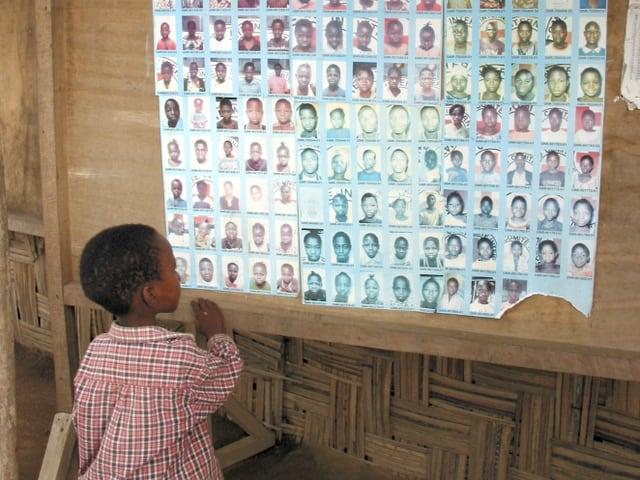 Fotowände helfen in Flüchtlingscamps zur Identifizierung und Zusammenführung von vermissten Familienmitgliedern.