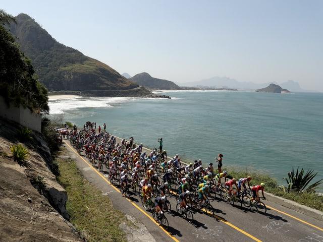 Das Peloton fährt vorbei an der Fort Copacabana.